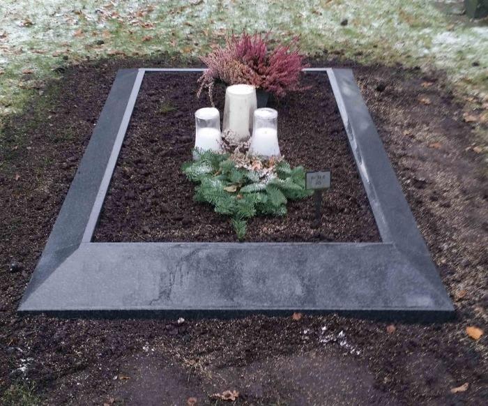 Svart fris till grav från WiLa Stenhuggeri i Solna, Stockholm